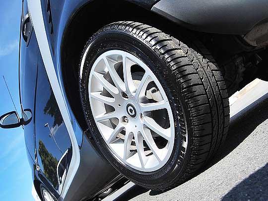صورة تظهر إطارات سيارة، ضمن موضوع جملة من النصائح للإهتمام بإطارات السيارة
