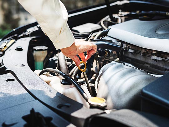 الإضافات الكيميائية المستخدمة في زيوت السيارات: أنواعها وخصائصها
