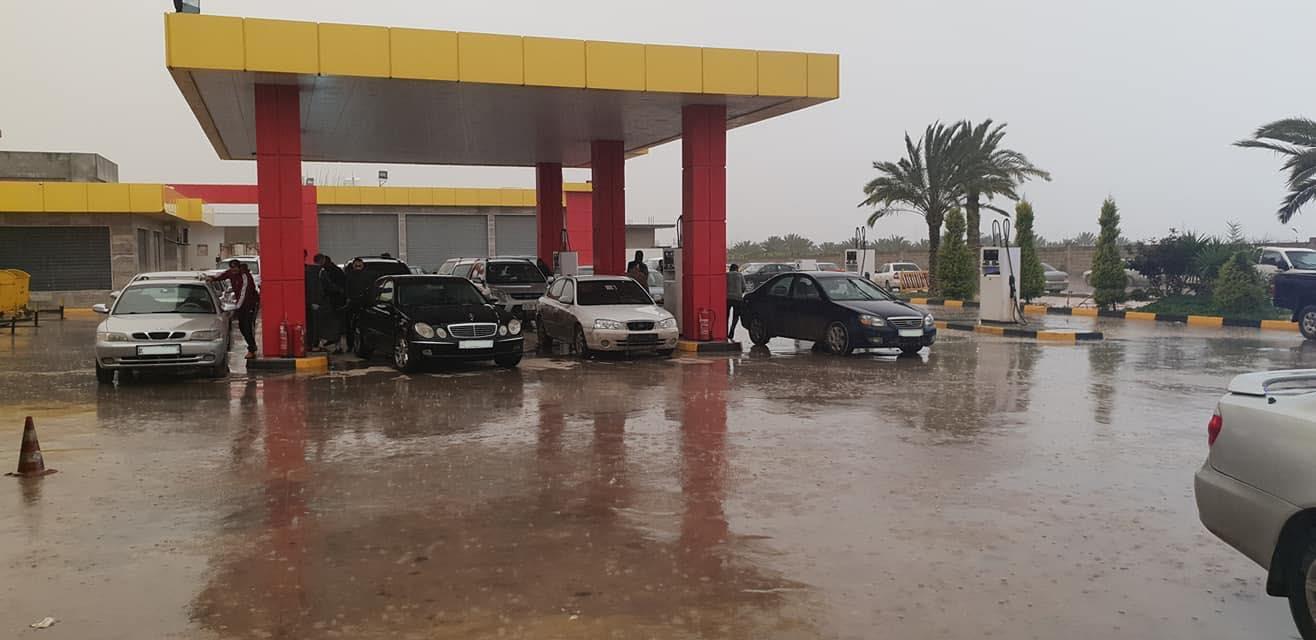 متابعة لسير عمليات التزود بالوقود من داخل بعض محطات شركة الشرارة الذهبية